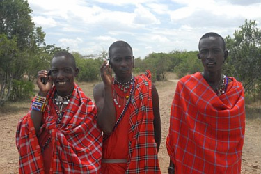 drie Masai mannen in roodgeruite omslagdoeken